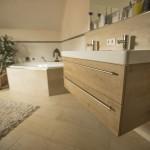 Waschplatz mit Keramikbecken , Unterschrank mit tiefen Auszügen.